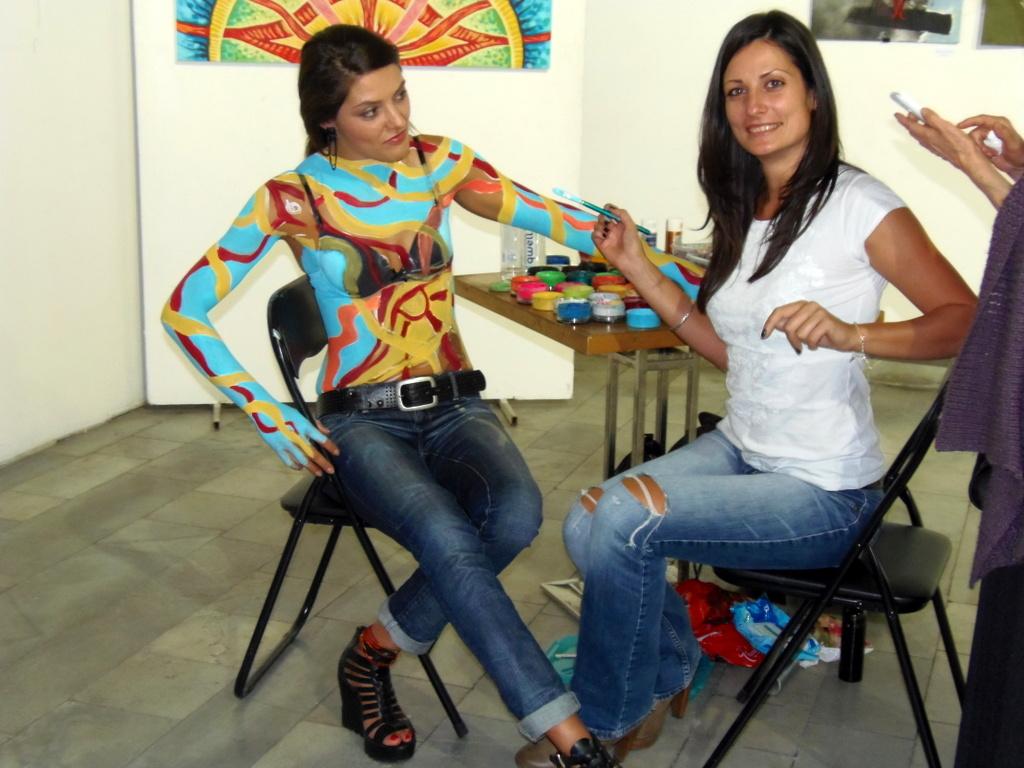 Мишел Вълчева и нейният модел по време на представянето си Нощ/Пловдив